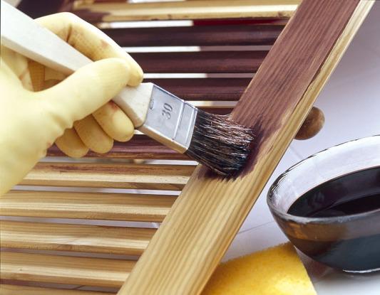 et le pinceau est une alternative pour la teinture du bois